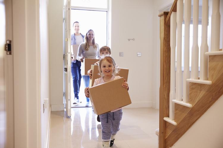 Haus-familie-umzug-eigenheim-shutterstock 451241899 in Wunsch-Wohnort: Die Top Drei Kriterien