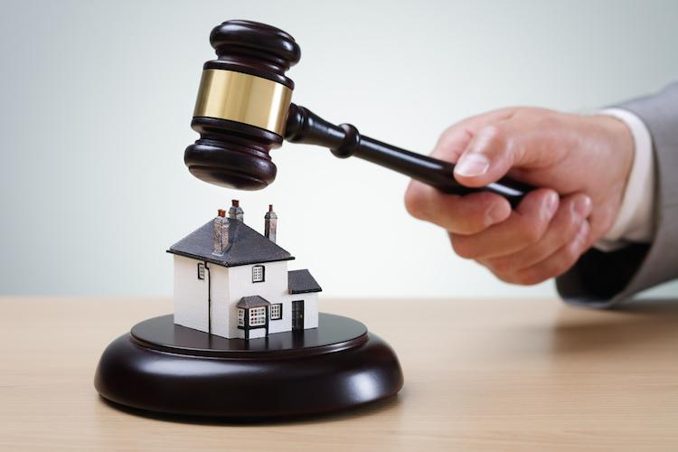 Haus-gericht-hammer-urteil-shutterstock 290998670 in Zahl der Zwangsversteigerungen weiter rückläufig