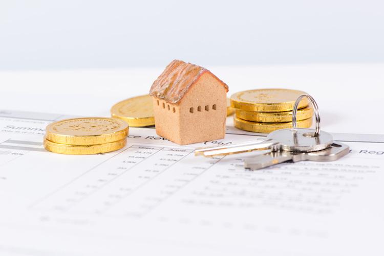 Haus-schluessel-schlussel-geld-shutterstock 491600317 in Baufinanzierung: Niedrigzinsphase optimal nutzen