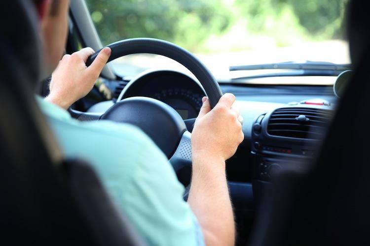 Wer seinen Fahrstil per Smartphone-App überwachen lässt und sicher fährt, zahlt bis zu dreißig Prozent weniger Beitrag.