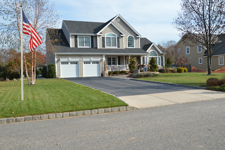 US-haus-flagge-amerika-shutterstock 235677103 in USA: NAHB-Hausmarktindex gesunken
