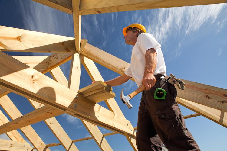 Bau-arbeiter-dach-dachdecker-helm-shutterstock 77666830 in DIW: Bauwirtschaft stützt deutsche Konjunktur
