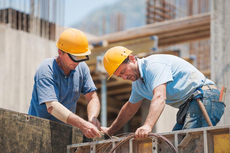Bau-arbeiter-helm-shutterstock 114098614 in Bauindustrie profitiert von Niedrigzins