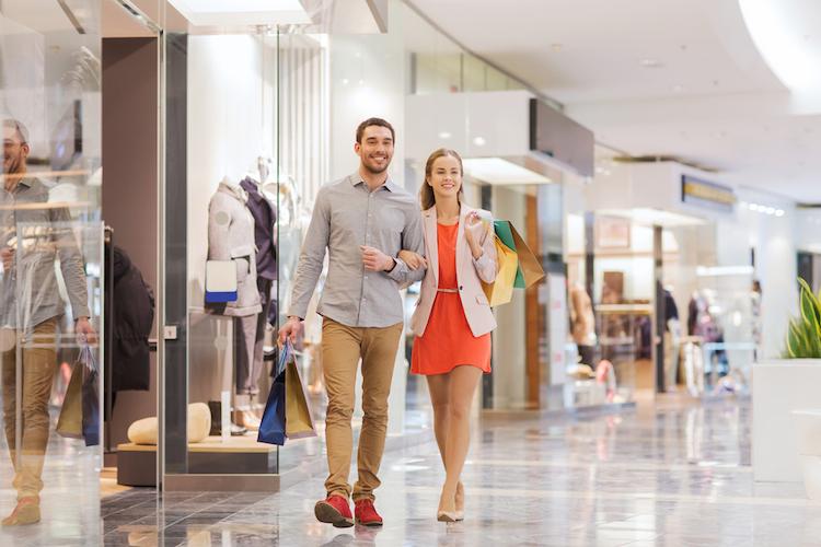 Einkaufszentrum-einzelhandel-shoppingcenter-paar-shutterstock 238826140 in Einzelhandel setzt zu Jahresbeginn wieder stärker auf Metropolen