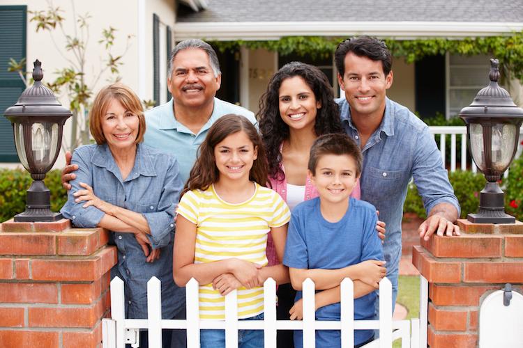 Haus-familie-mehrgenerationen-shutterstock 84704269 in Steuern sparen im Mehrgenerationenhaus