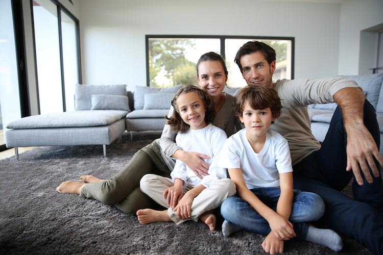 haus familie wohnzimmer shutterstock_160940045