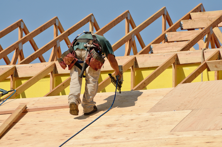 Haus-hausbau-dach-arbeiter-shutterstock 133245422 in Zinstief treibt Nachfrage in der Baubranche