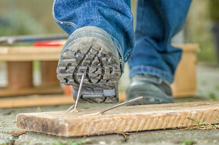 Baustellen-Nagel in Diese Versicherungen sollten Bauherren haben