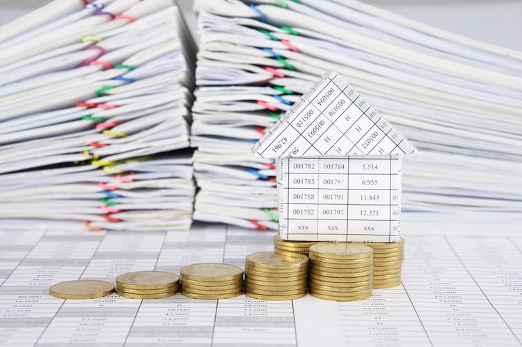 Haus-geld-dokumente-regeln-papier-shutterstock 515135302 in DIW: Mehr Regulierung kann Mietern schaden