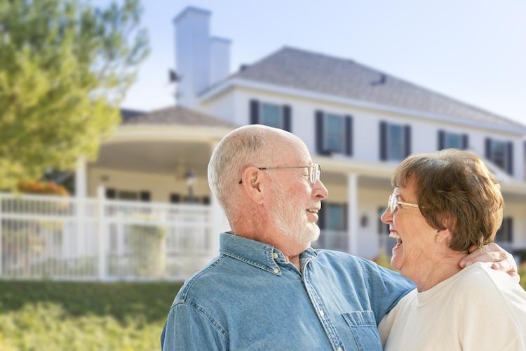 Alt-paar-haus-gluck-glueck-freude-umbau-shutterstock 229063660 in Drei Tipps für die Baufinanzierung im Alter