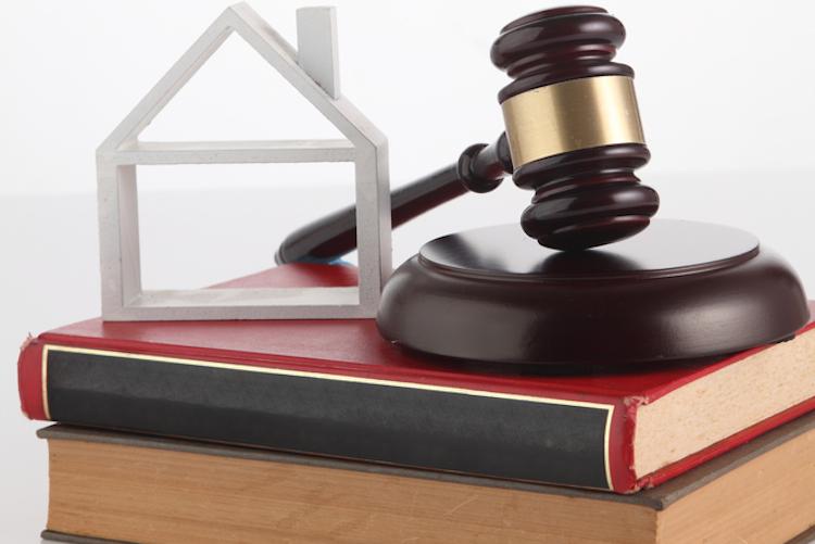Hammer-haus-gericht-gesetz-urteil-buch-shutterstock 480846610 in Bundesgerichtshof kippt Kontogebühr für Bauspardarlehen