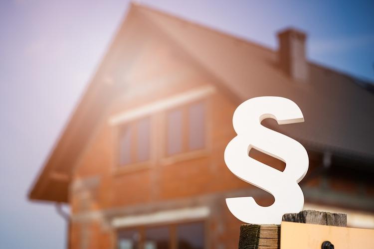 Haus-gesetz-paragraph-regel-shutterstock 420537955 in Mehr Verbraucherschutz beim Hausbau