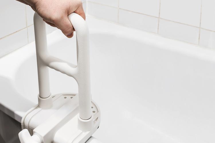 Badewanne-wohnung-alt-pflege-altersgerecht-shutterstock 298857425 in Immobilienverband warnt vor Mangel an Seniorenwohnungen