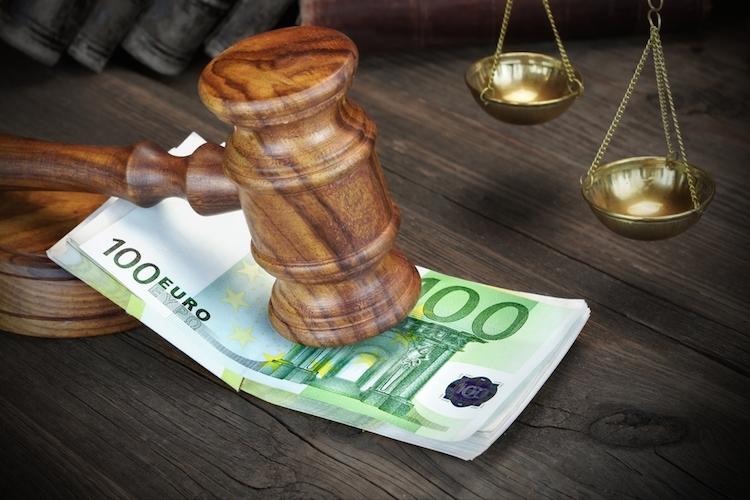 Gericht-urteil-euro-geld-hammer-waage-prozess-gesetz-shutterstock 360749075 in Abwicklung der HRE-Altlasten dauert noch Jahrzehnte
