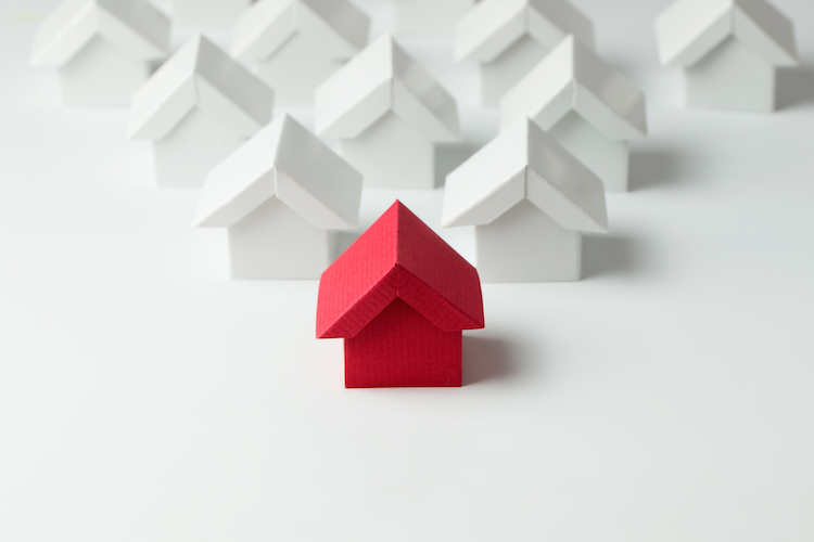 Haus-index-rot-papier-dreieck-shutterstock 432669673 in Deutsche Hypo: Messlatte liegt höher