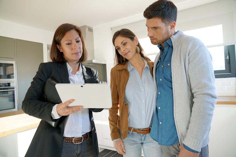 Haus-kauf-verkauf-makler-paar-shutterstock 534362356 in Wo Immobilienpreise die Zahlungsbereitschaft übersteigen