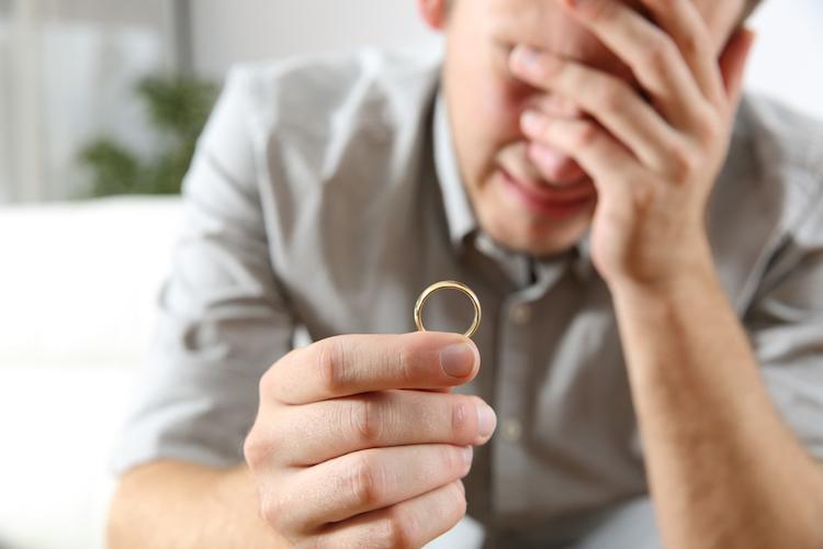Scheidung-ring-mann-shutterstock 510970042 in Trennung, Pflegefall, Erbe: Was den Immobilienverkauf erschwert