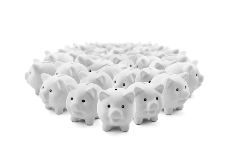 Sparschwein-kreis-menge-viele-schwein-sparen-crowd-shutterstock 259185845 in Deutsche sparen trotz niedriger Zinsen mehr als in Vorjahren