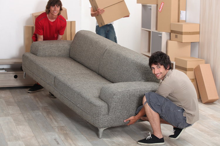 Umzug-sofa-freunde-karton-wohnung-shutterstock 79649356 in Messfehler und unzuverlässige Freunde: Die häufigsten Umzugspannen