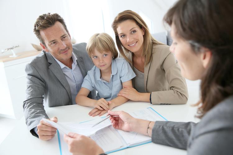 Dokumente-beratung-familie-unterschrift-makler-berater-shutterstock 199867646 in Immobilienkredite: Die wichtigsten Informationen im Esis