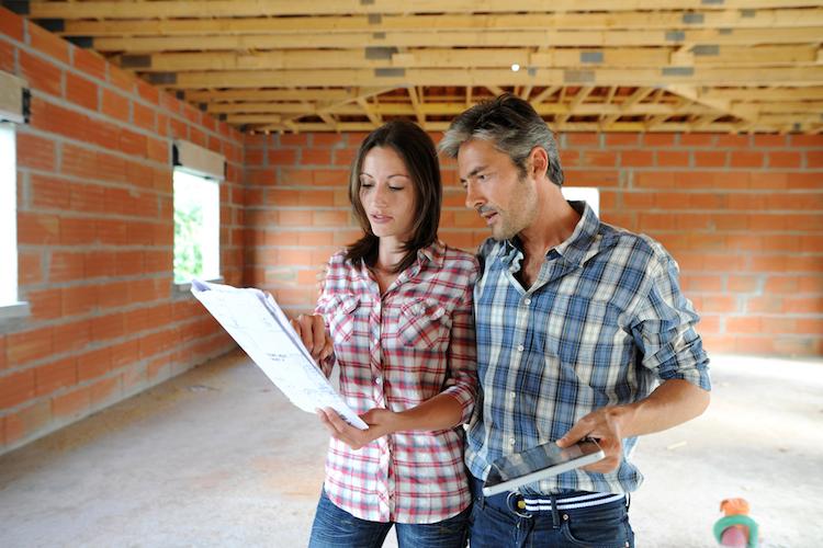 Haus-bau-hausbau-paar-plan-planung-baustelle-rohbau-shutterstock 111839573 in Gibt es ein optimales Alter für den Hausbau?
