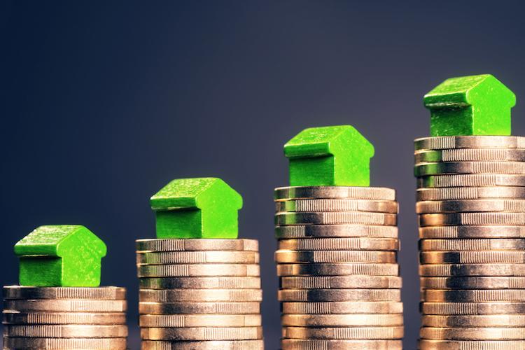 Haus-geld-berg-anstieg-preise-shutterstock 572835850 in Immobilienpreise: Ungewöhnlicher Anstieg