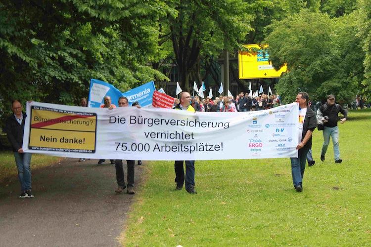 Unter den Demonstranten waren Unter ihnen viele Betriebsräte und Gewerkschafter.