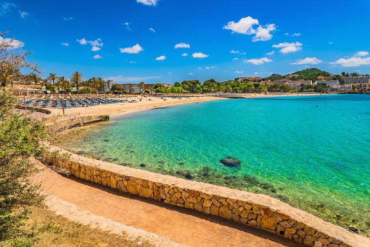 Strand-Santa-Ponsa-Mallorca-shutterstock 588588650 in Mallorca: Luxusimmobilien immer gefragter