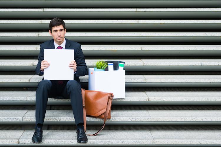 Arbeitslos-job-entlassen-kundigung-kuendigung-entlassung-arbeitssuchend-anzug-treppe-mann-shutterstock 519649849 in Tausende Immobilienmakler würden ihren Job verlieren