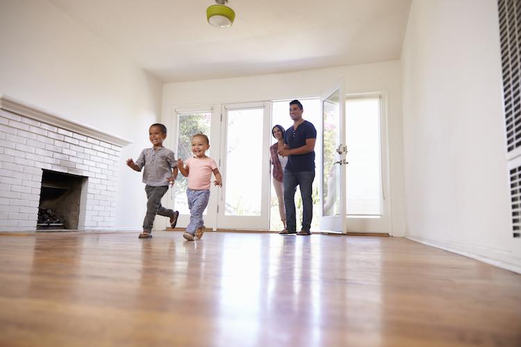 Haus-familie-gluecklich-glucklich-freude-gluck-glueck-umzug-familie-kind-kinder-mann-frau-shutterstock 516642388 in Deutsche mit Wohnumfeld zufrieden