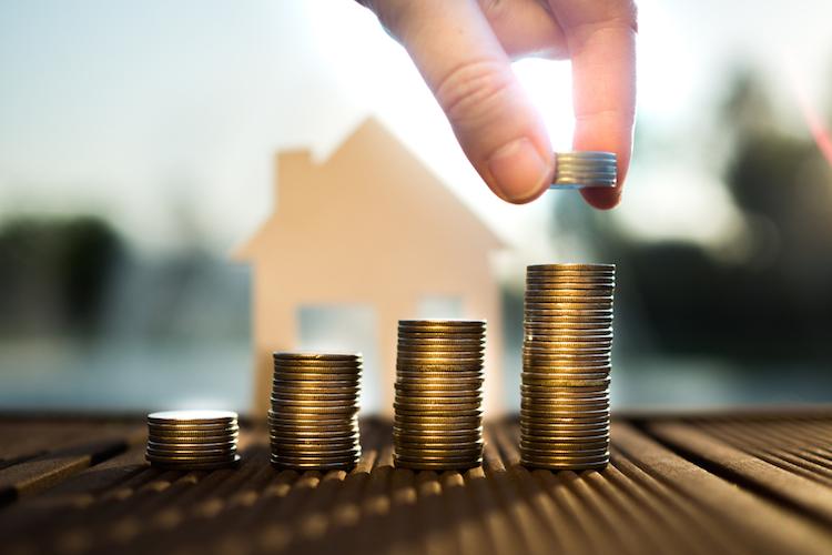 Haus-geld-preis-kosten-anstieg-teuer-miete-munzen-muenzen-hand-stapel-wachstum-shutterstock 577141810 in Wertentwicklung seit 13 Jahren steigend
