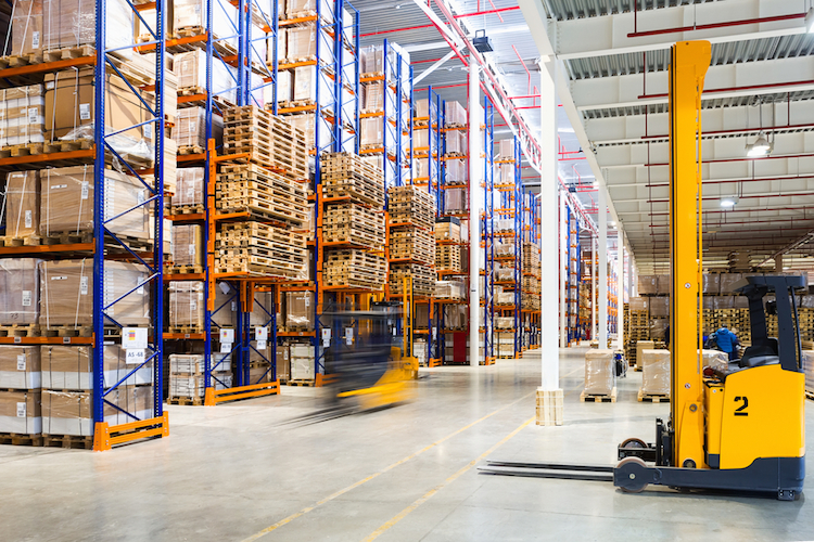 Logistik-halle-lager-gabelstapler-zentrum-logistikimmobilie-shutterstock 396462703 in Gewerbeimmobilien: Anteil der Privatinvestoren wächst