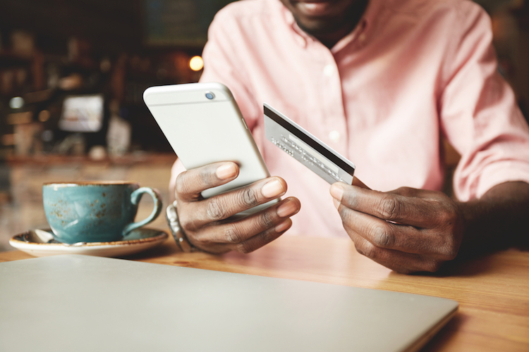 Online-banking-digital-smartphone-smart-phone-credit-card-kredit-karte-online-bank-shutterstock 435536971 in In Disruption investieren