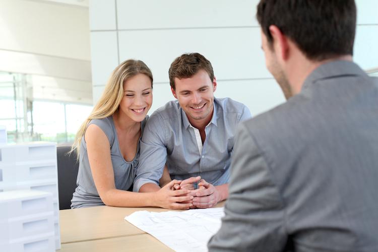 Paar-makler-immobilienmakler-vertrag-plan-buro-buero-besprechung-gespraech-shutterstock 103885106 in Wie Sie einen professionellen Immobilienmakler erkennen