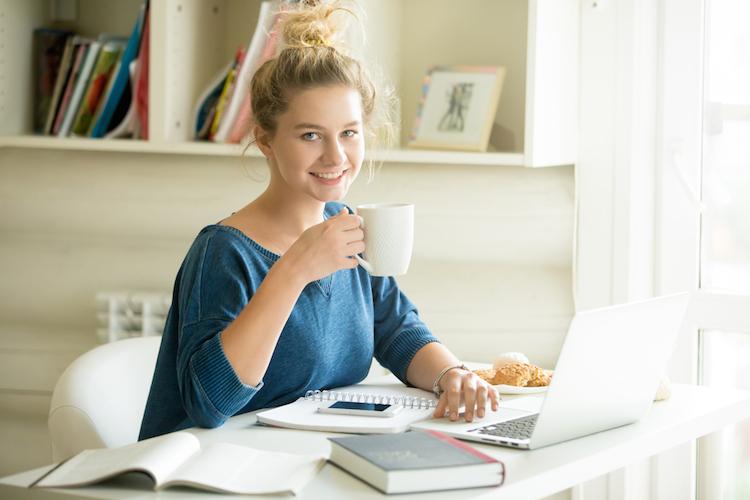 Student-wohnheim-wohnung-wg-arbeit-lernen-laptop-kaffee-buch-studieren-studentin-shutterstock 489645874 in Was Studentenwohnungen für Investoren attraktiv macht