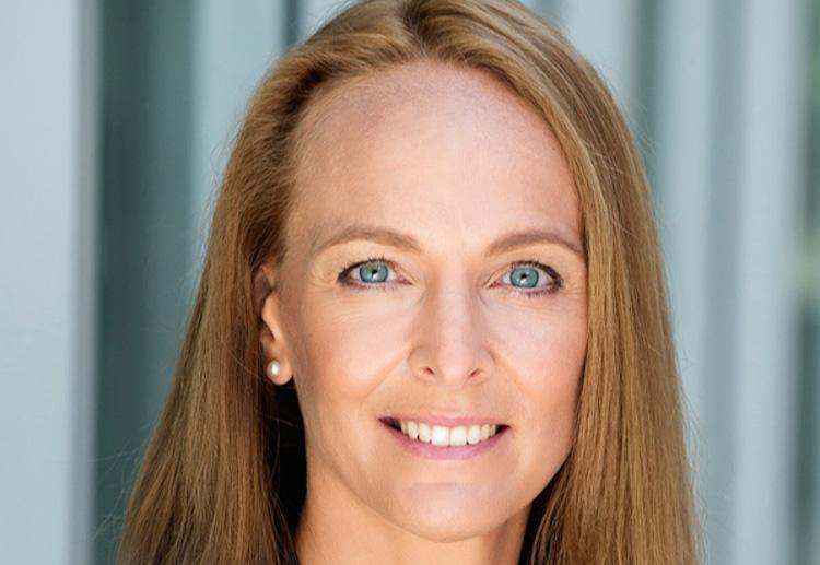 Ursula Clara Deschka Portrait-h Print in Vorstandswechsel bei Ergo Direkt