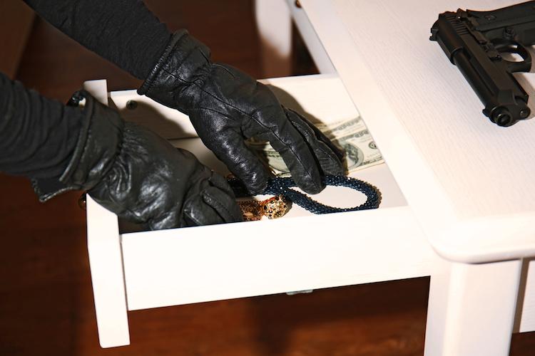 Dieb-einbruch-einbrecher-diebstahl-schmuck-shutterstock 478121782 in Sieben Fragen zum Schutz vor Einbrechern