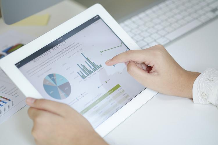 Digital-tablet-finanz-portfolio-entwicklung-chart-budget-anlage-shutterstock 397709683 in In zehn Minuten zum Portfolio