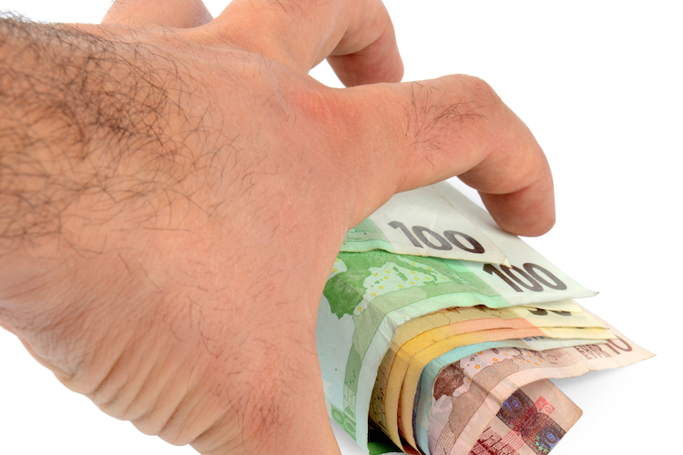 Hand-geld-euro-dieb-klauen-shutterstock 92015336 in Zehntausende Haushalte empfangen zu viel Wohngeld