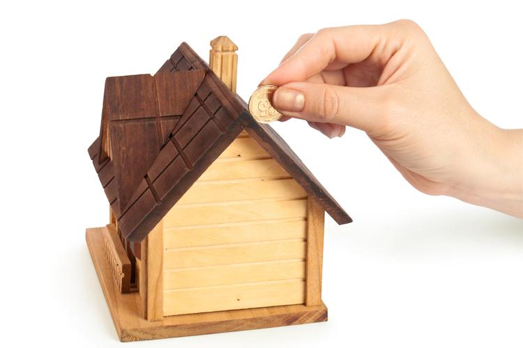 Haus-sparen-kapital-sparschwein-hauskauf-immobilie-kauf-finanzierung-shutterstock 85036615 in Kaufen statt Mieten: Wo der Vorteil am größten ist