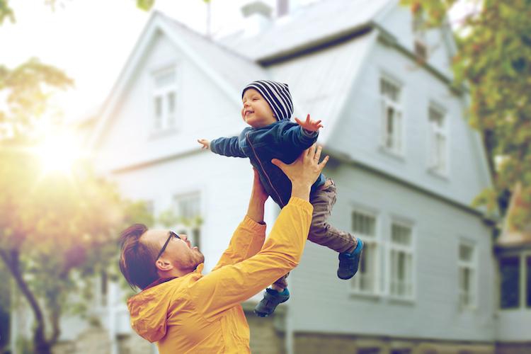 Haus-vater-kind-alleinerziehend-glueck-freude-baufinanzierung-shutterstock 452868268 in Baufinanzierung: Was Singles beachten müssen