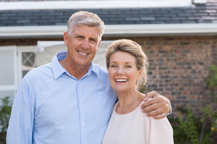 Rentner-haus-paar-altersvorsorge-alt-immobilie-shutterstock 492562735 in Altersvorsorge mit Immobilien: Chancen und Risiken