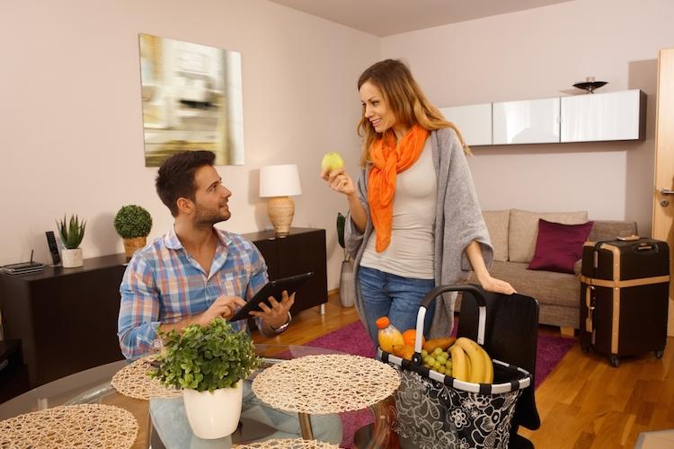 Ferienwohnung-airbnb-vermietung-wohnung-paar-frau-mann-obst-koffer-untervermietung-shutterstock 230830339 in Ferienwohnungen: IVD warnt vor gewerblicher Untervermietung