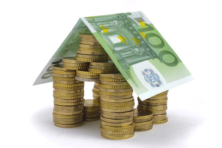 Haus-geld-finanzierung-kredit-darlehen-bau-kosten-euro-shutterstock 92575405 in Wohneigentum: Haushalte haben zu wenig Eigenkapital