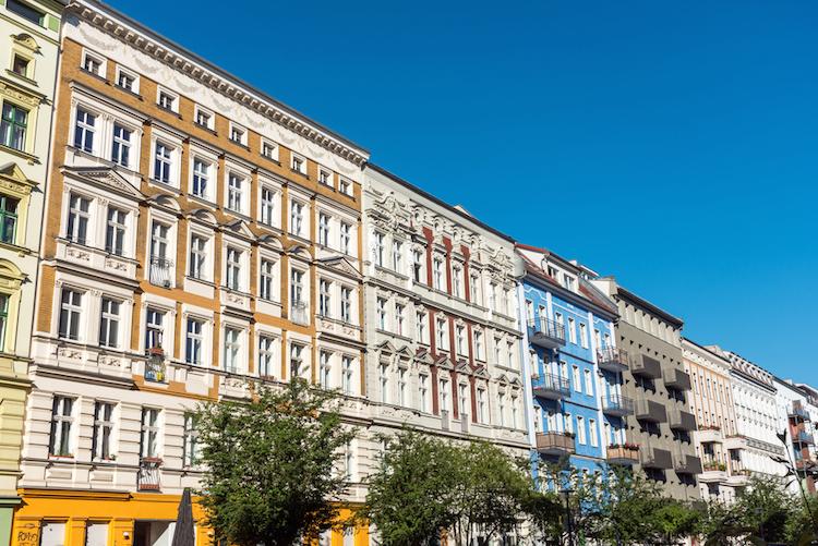 Prenzlauer-berg-berlin-altbau-renoviert-gentrifizierung-shutterstock 663766735 in Berliner Wohnungspreise steigen trotz Mietendeckeldiskussion weiter