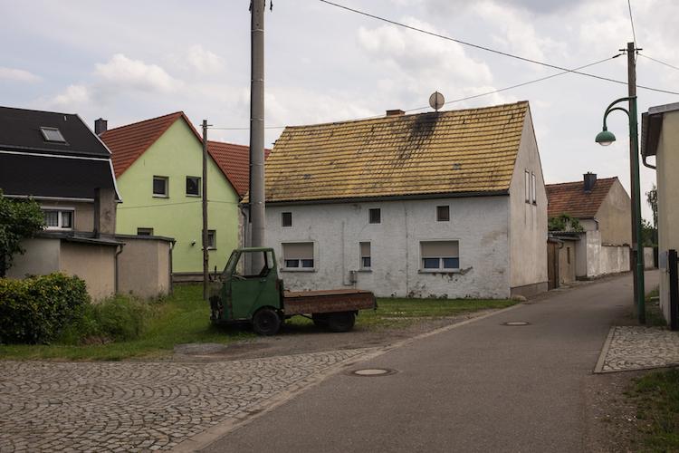 Sachsen-verfallen-leer-leerstand-dorf-land-shutterstock 666664606 in Zu viel Wohnraum