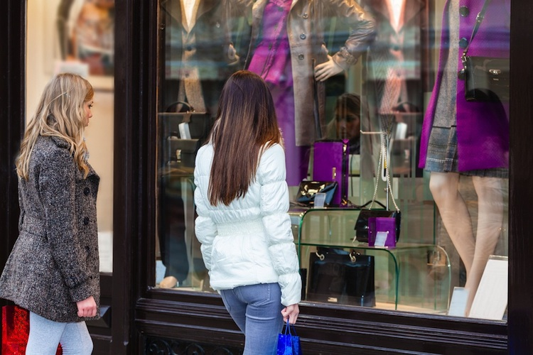 Shopping-einkaufsstrasse-shutt 167297291 in Einzelhandelsimmobilien: Online-Händler mieten verstärkt Showrooms vor Ort