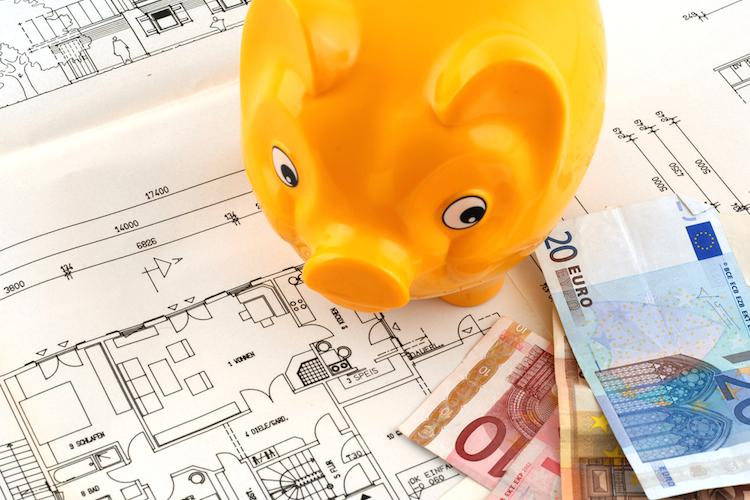 Sparschwein-bau-haus-geld-euro-sparen-kredit-darlehen-shutterstock 13518553 in Immobilienkredite: Teure Bauverzögerung