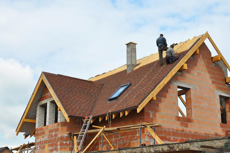 Haus-bau-dach-shutterstock 326838344 in Probleme beim Hausbau: Auf vier von zehn Baustellen gibt es Ärger