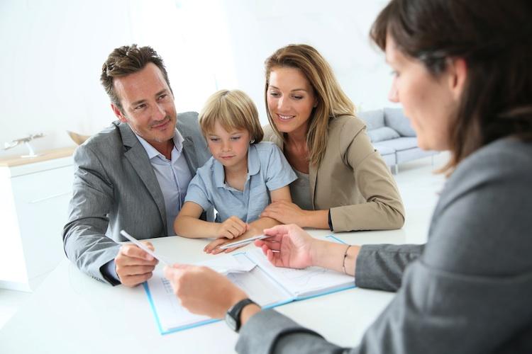 Beratung-familie-hauskauf-immobilienmakler-shutt 199870862 in LBS: Ungebremste Nachfrage nach Häusern und Wohnungen